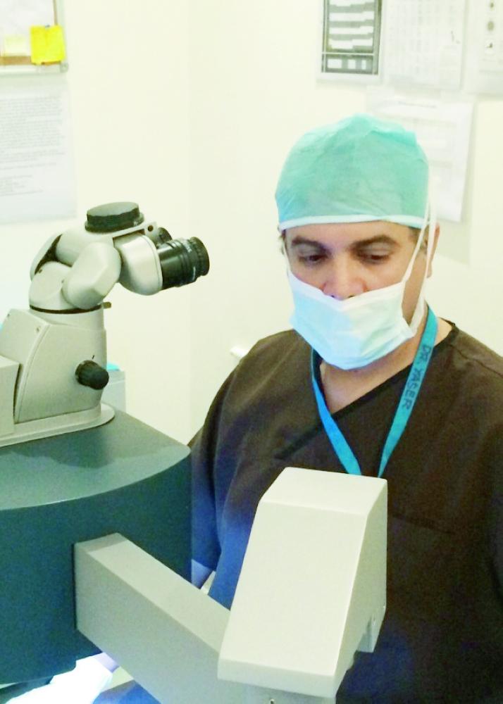 الدكتور ياسر المزروعي أثناء تشخيص الحالة. ( عكاظ)