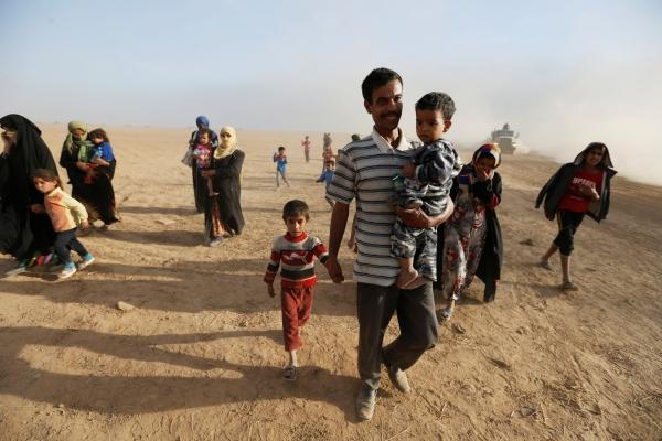عائلات عراقية تعود إلى قراها بعد تحريرها من تنظيم داعش. رويترز