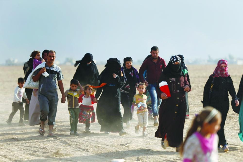 عائلات عراقية تعود إلى قراها في جنوب الموصل بعد تحريرها من تنظيم داعش. (رويترز)