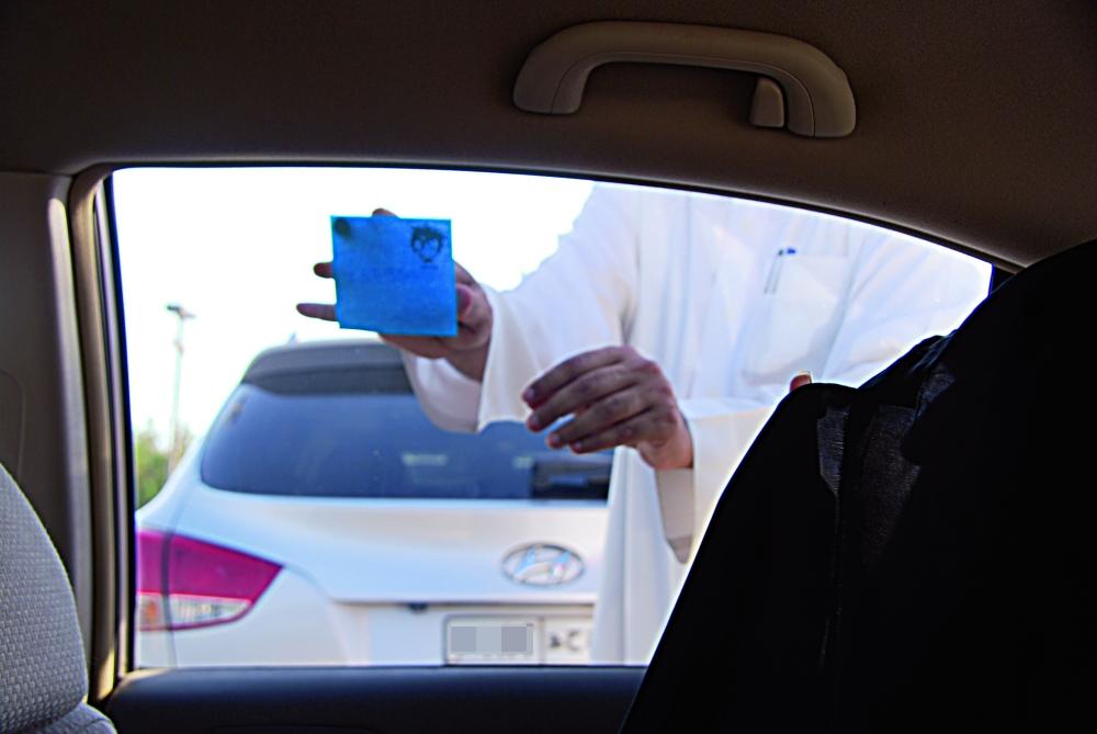 من أساليب التحرش.. وضع الرقم على زجاج السيارة. (تصوير: أمل السريحي)