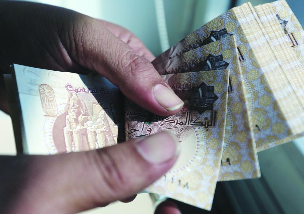 الجنيه المصري في السوق السوداء ارتفع ضعف قيمة الرسمي في البنوك. (عكاظ)