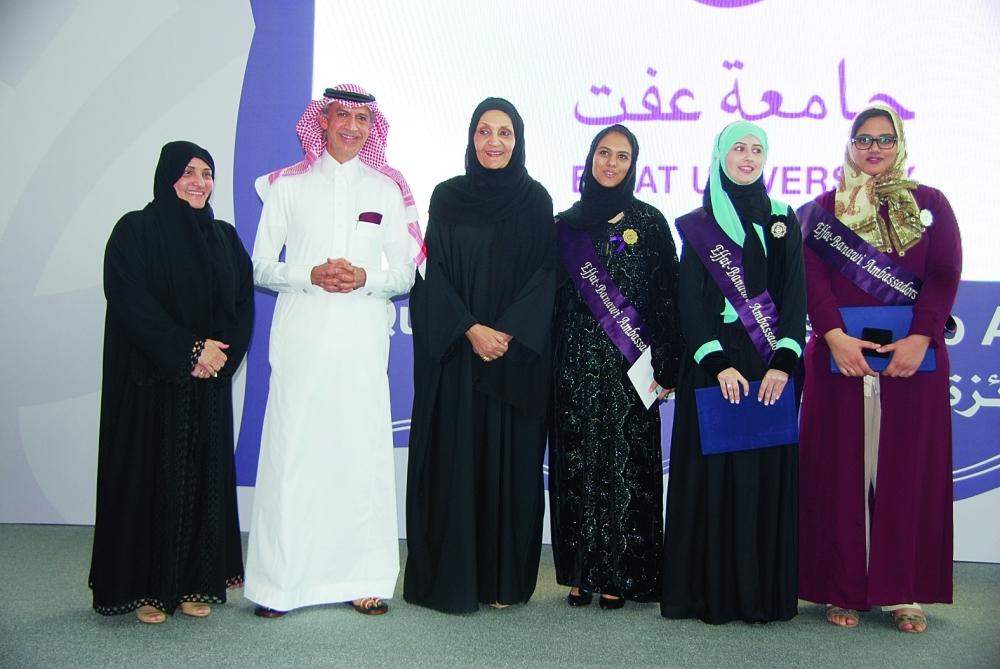 الطالبات في صورة جماعية مع الأميرة لولوة الفيصل وعميدة جامعة عفت الدكتور  هيفاء جمل الليل ورئيس