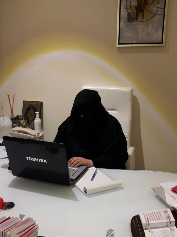 هاجر المطيري في مكتبها بمؤسستها الخاصة. (عكاظ)