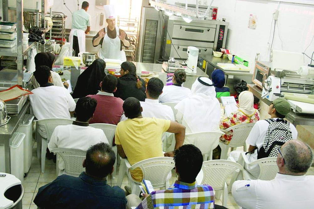 متدربون على الطهي يتلقون دورة تدريبية في أحد المعاهد المتخصصة.