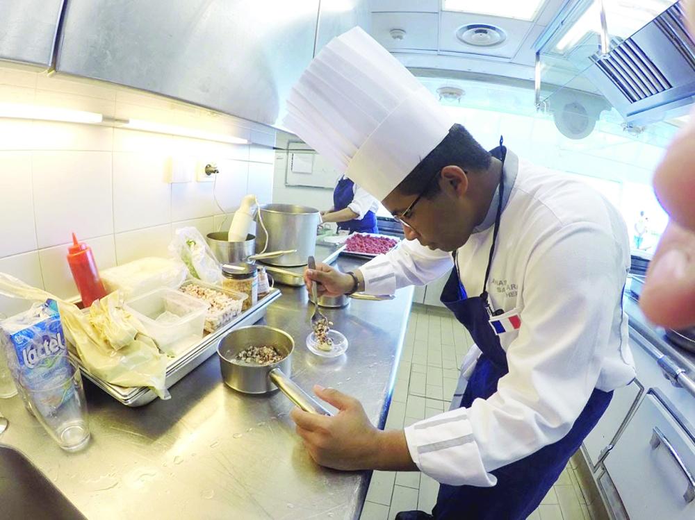 الشيف أنس مبارك يقوم بإعداد وجبة أثناء تدريبه في إحدى الدول الأوروبية.