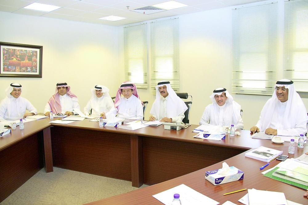 المالك مترئسا اجتماع هيئة الصحفيين الذي عقد أمس الأول في مقر الهيئة.  (عكاظ)