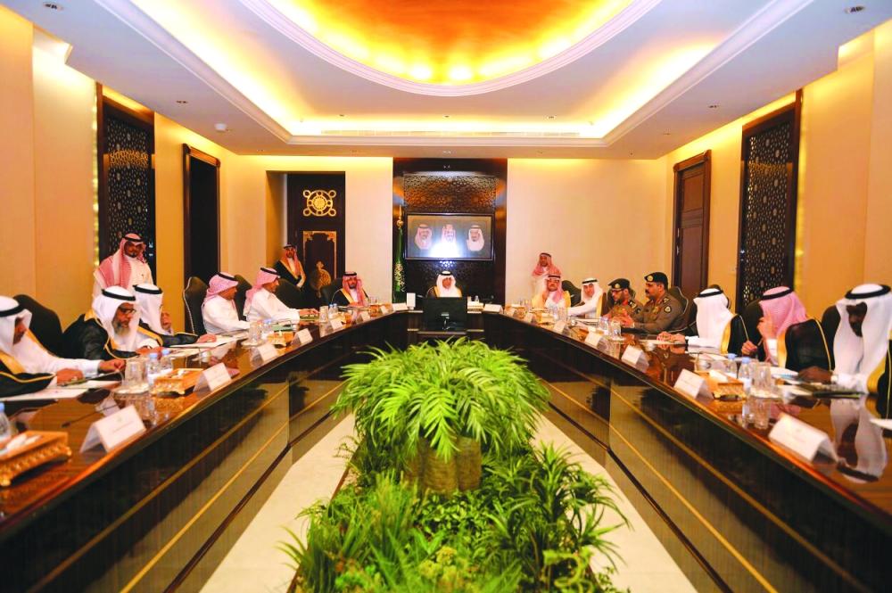 الأمير خالد الفيصل خلال ترؤسه اجتماع التحضيرات المبكرة لمواجهة موسم الأمطار. (عكاظ)