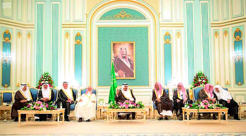 خادم الحرمين متحدثاً في لقاء سابق مع سماحة المفتي وأعضاء هيئة كبار العلماء.  (عكاظ)