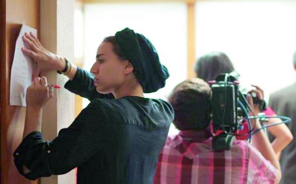 المخرجة السينمائية مرام أثناء تصوير أحد الأعمال. (عكاظ)