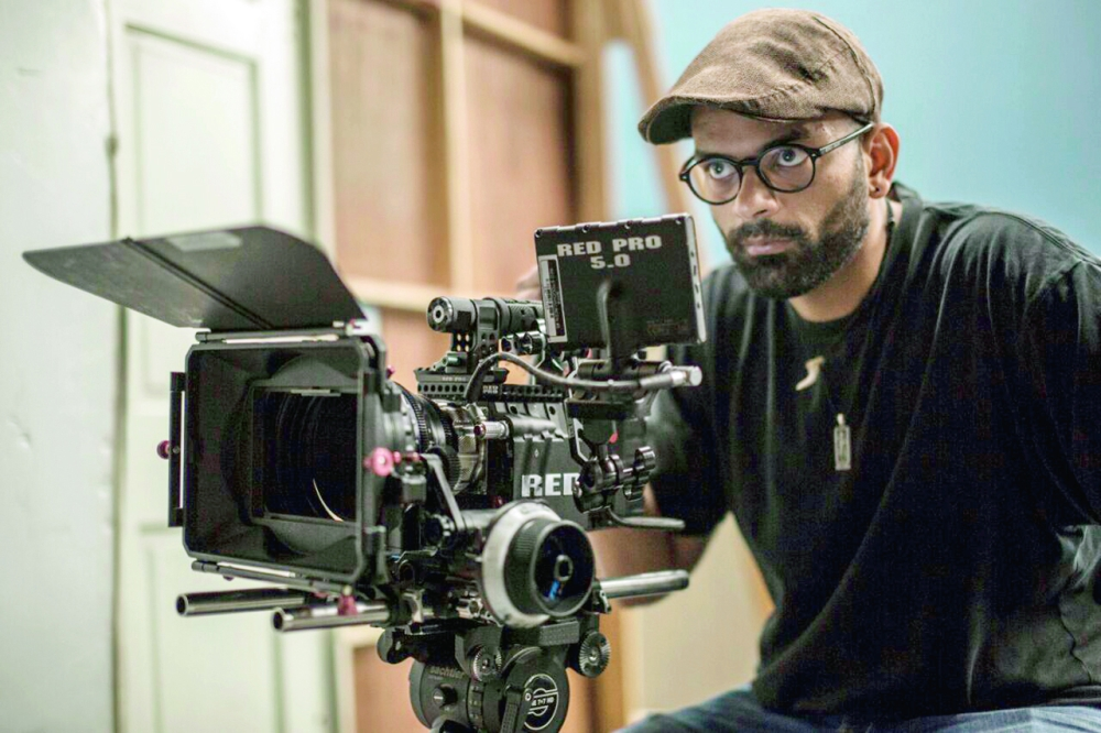 أبو الجدايل خلف كاميرته يصور أحد الأعمال السينمائية.