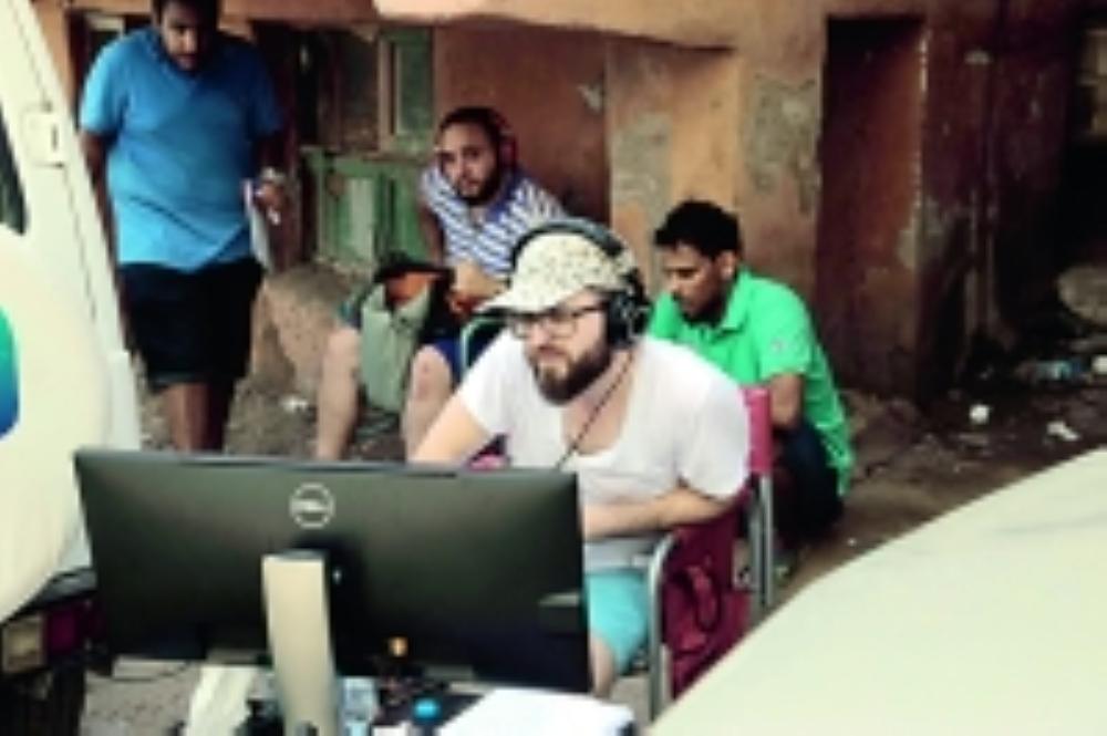 ممدوح صباغ يتابع أحد أعماله السينمائية. (عكاظ)