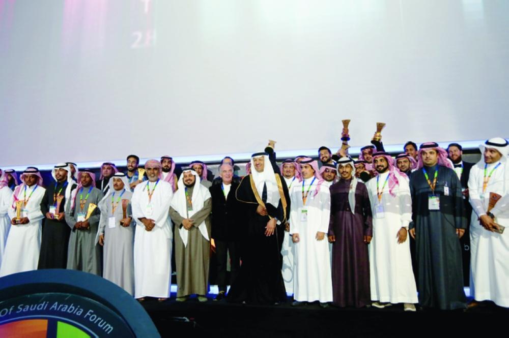 الأمير سلطان بن سلمان مع الفائزين بمسابقات ألوان السعودية. (تصوير: عبدالعزيز الجابر)