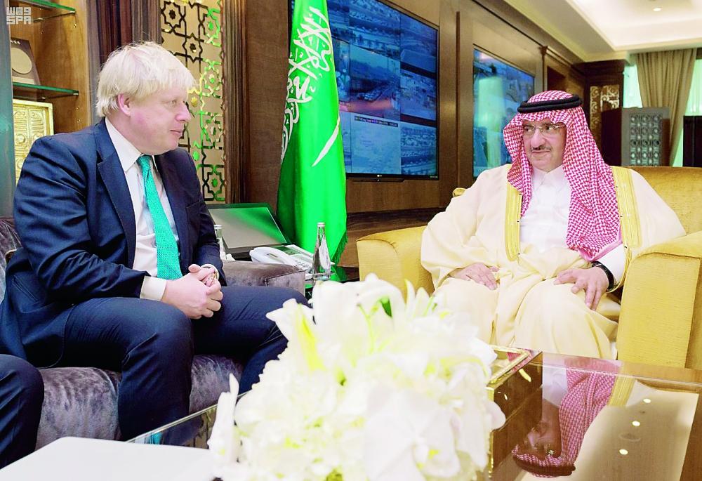 ولي العهد مستقبلا وزير الخارجية البريطاني أمس في الرياض.    (واس)