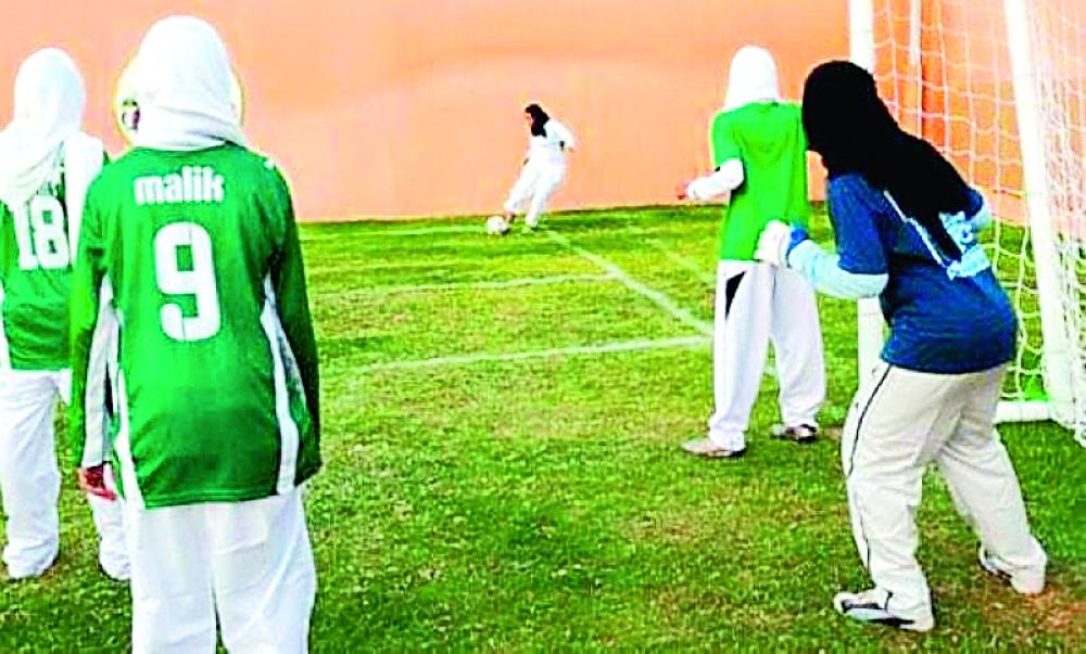 فتيات يرتدين الحجاب ويمارسن لعبة كرة القدم.