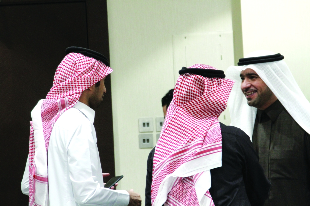 ماجد الحقيل يتحدث للزميل محمد سعود.