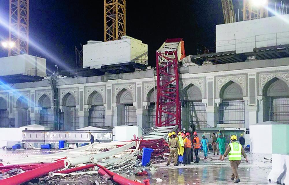 الرافعة بعد سقوطها في ساحة المسجد الحرام.   (عكاظ)