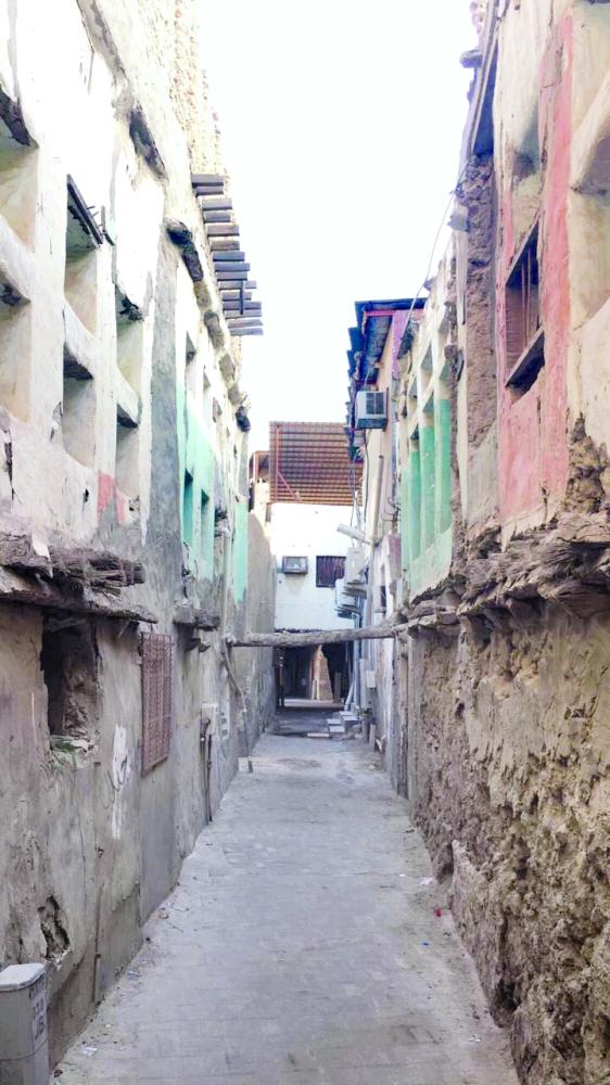 تشكل الممرات الضيقة ملمحاً رئيسياً في حي المسورة.