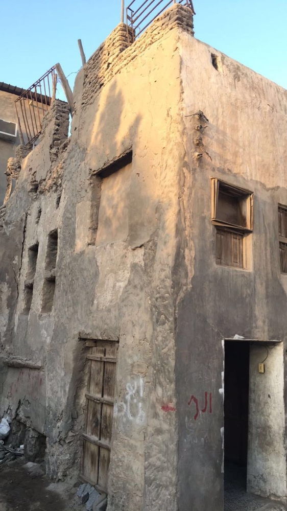 جدران بعض منازل الحي متهالكة وآيلة للسقوط.