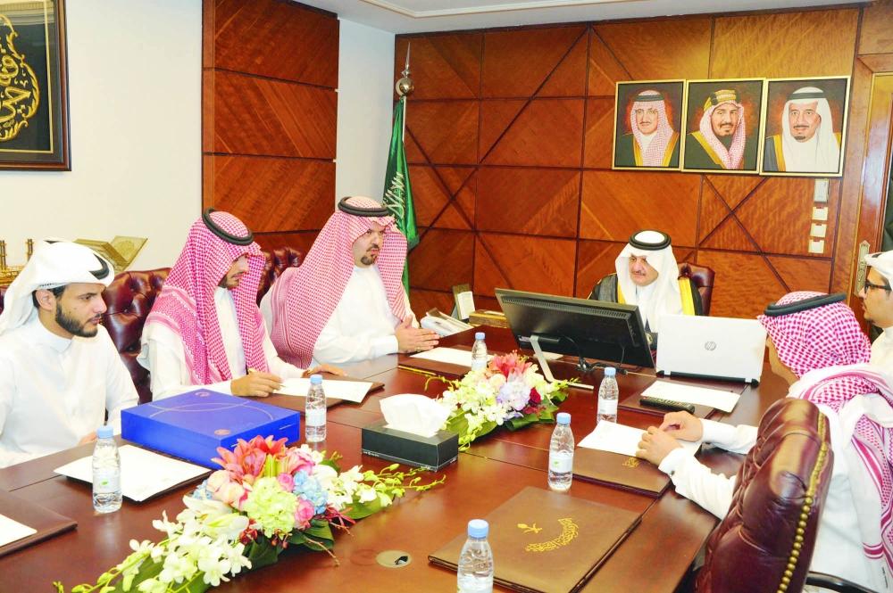 الأمير سعود بن نايف في اجتماعه باللجنة المنظمة لملتقى «ناطق» أمس. (عكاظ)