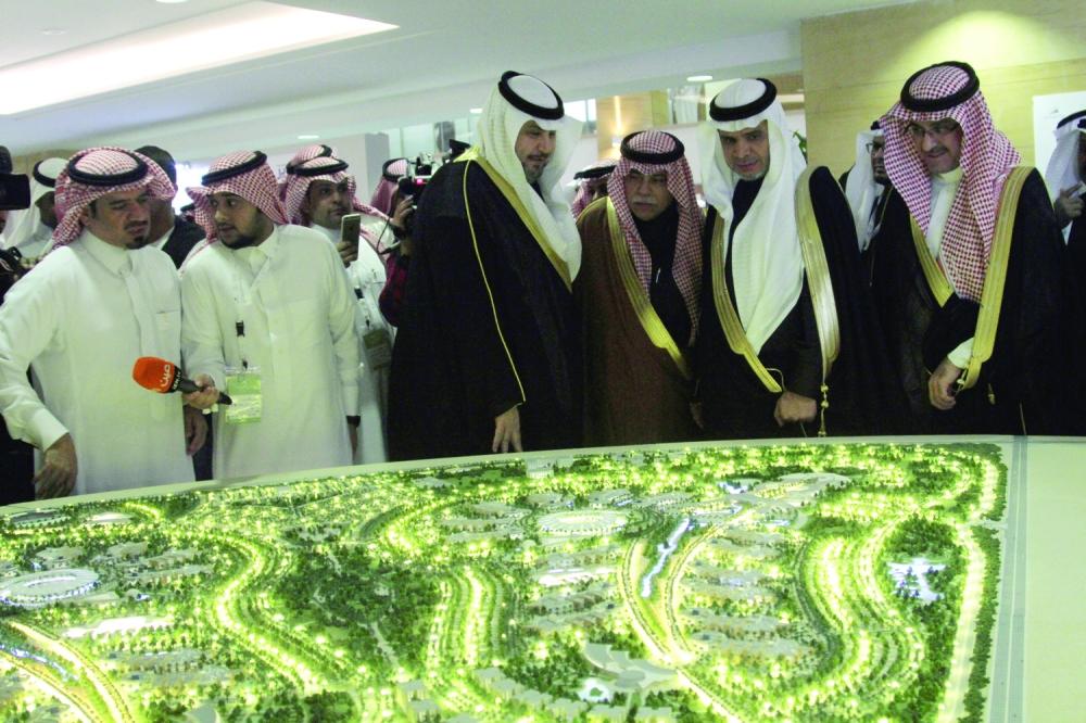 وزراء ومسؤولون يطلعون على أحد المجسمات.