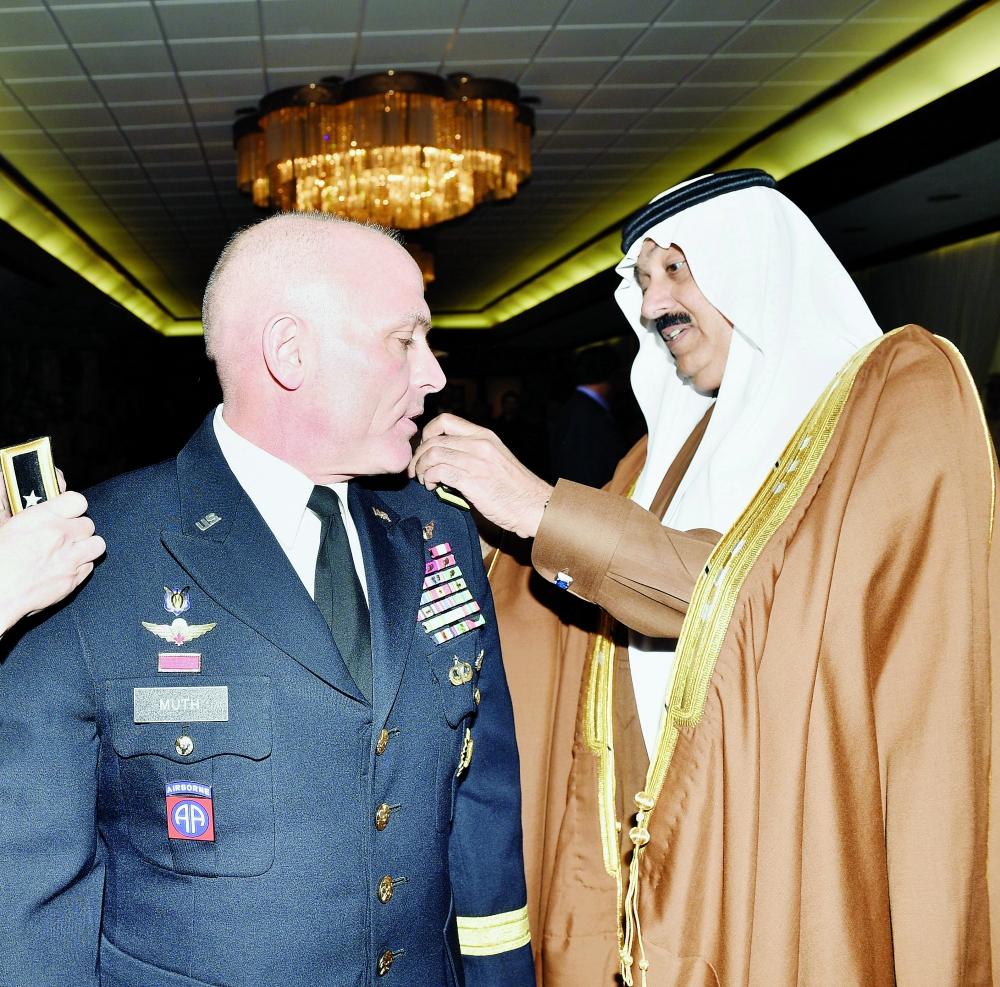 الأمير متعب بن عبدالله أثناء تقليد اللواء فرانك موث رتبته أمس. (واس)