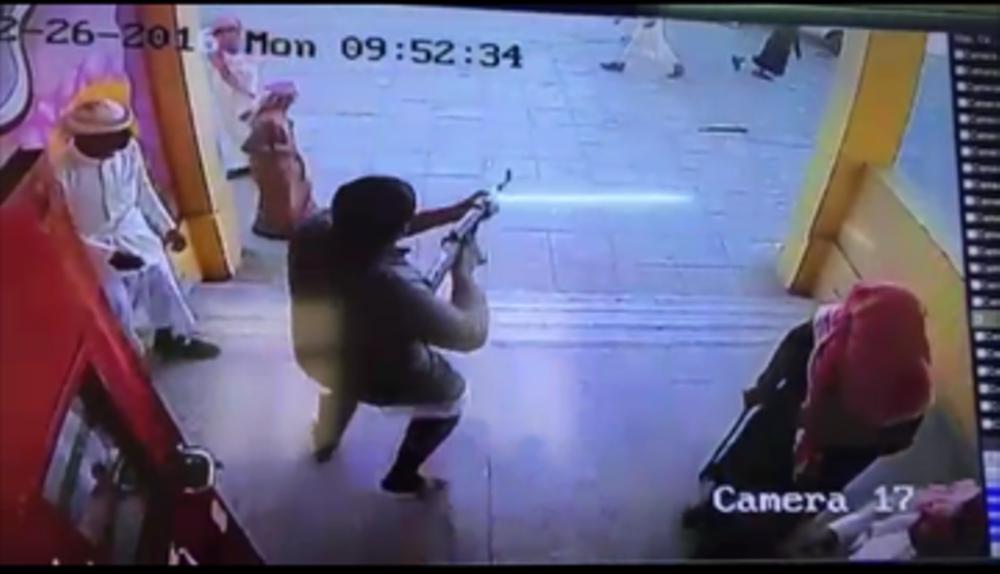 صورة التقطتها كاميرا المراقبة بالمدرسة للطالب مطلق النار وهو يحمل رشاشاً.  (عكاظ)