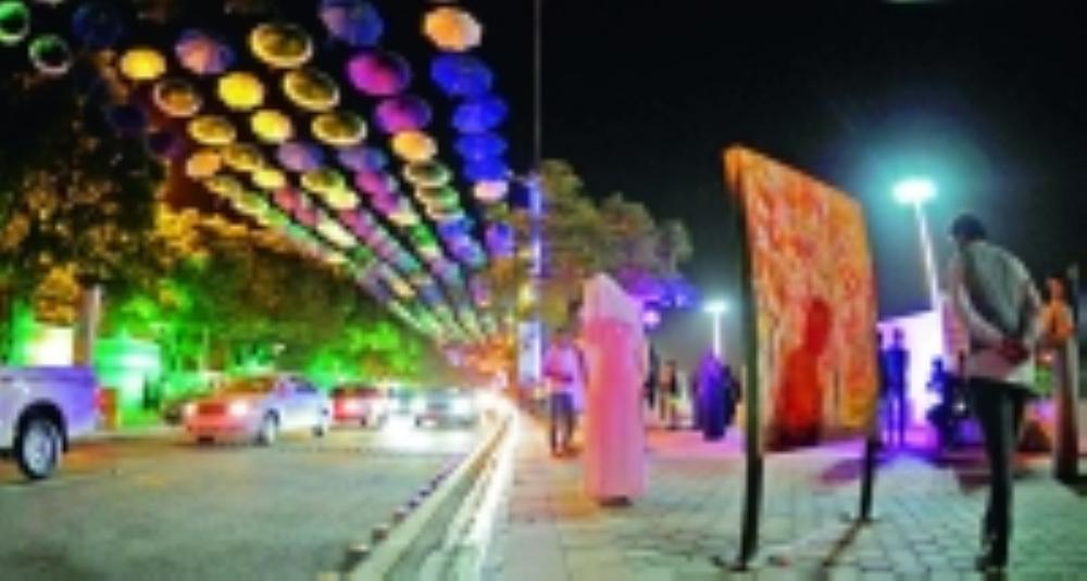 شارع الفن في أبها حيث يضم الكثير من الأعمال الفنية الشابة ومطالبات بتكرار التجربة في مناطق أخرى. (عكاظ)