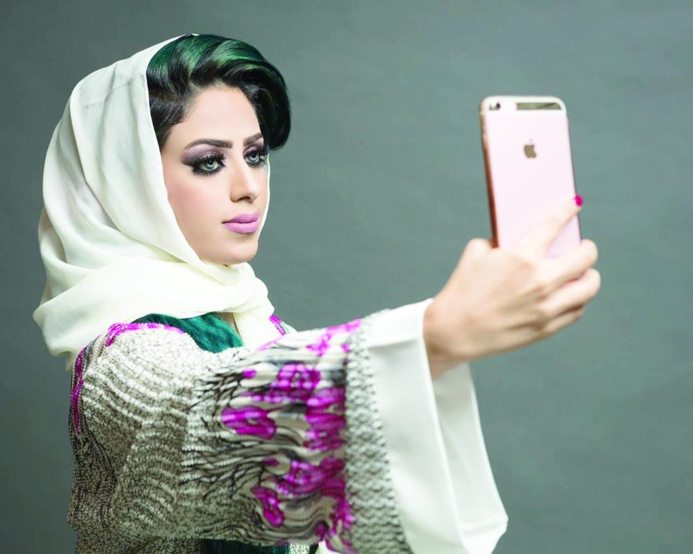 سديم المالكي تلتقط «سيلفي» عبر عدسة حسابها في «سناب شات». (عكاظ)