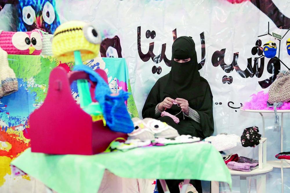 فتاة سعودية تعمل على الحرف اليدوية. (عكاظ)