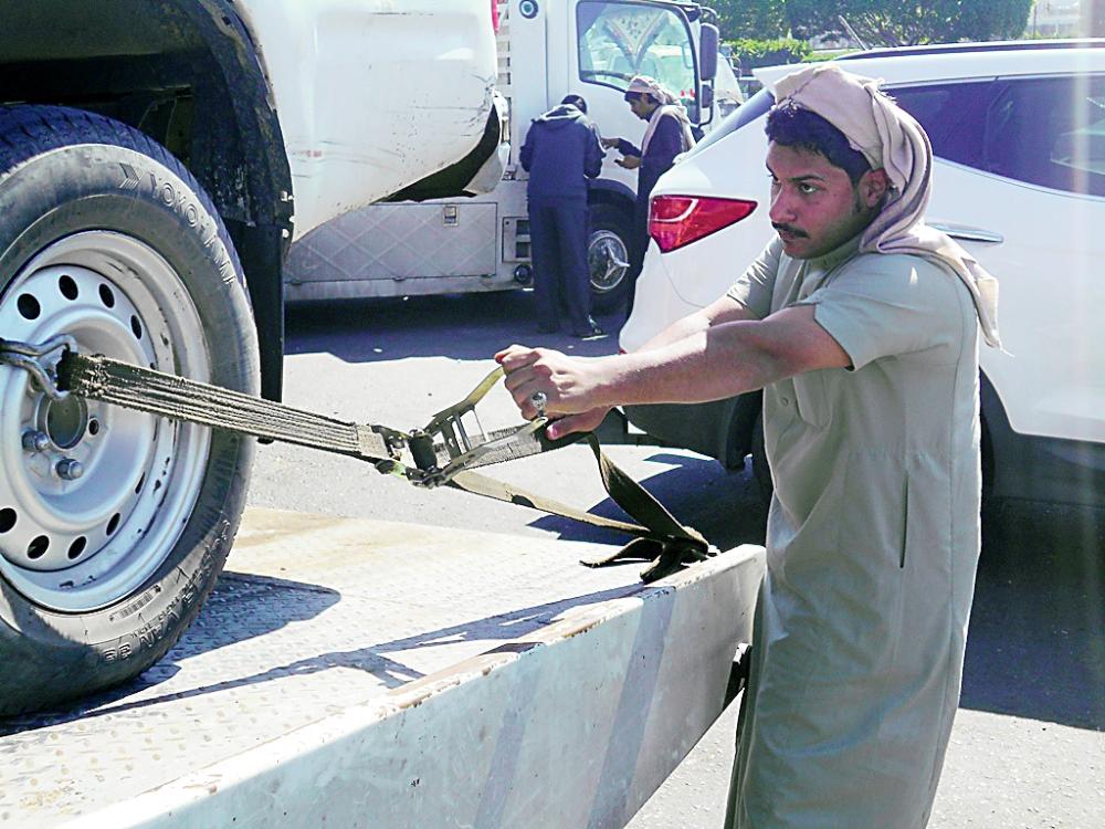 عبد الرحمن القحطاني يتأكد من أمان سيارة قبل الانطلاق.    (تصوير: يحيى الفيفي)