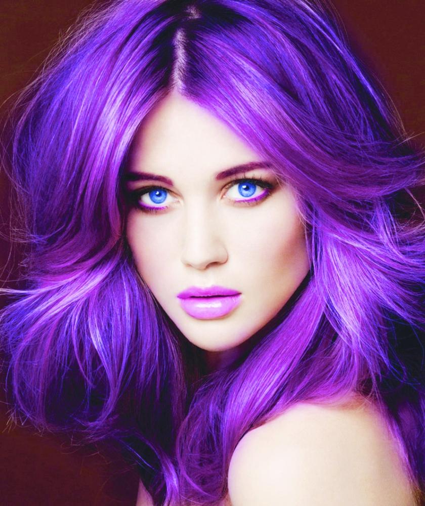 نساء يحلقن شعرهن بالماكينة وأخريات يصبغنه بالأخضر والأزرق