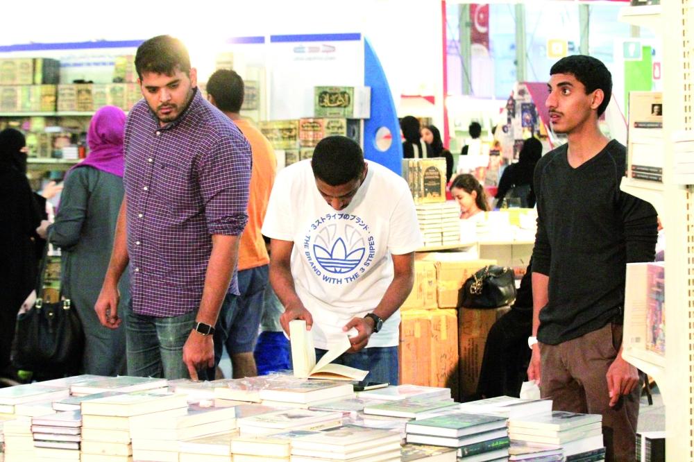 الجوال يسرق اهتمامات الشباب عن الكتب. (تصوير: فيصل مجرشي)