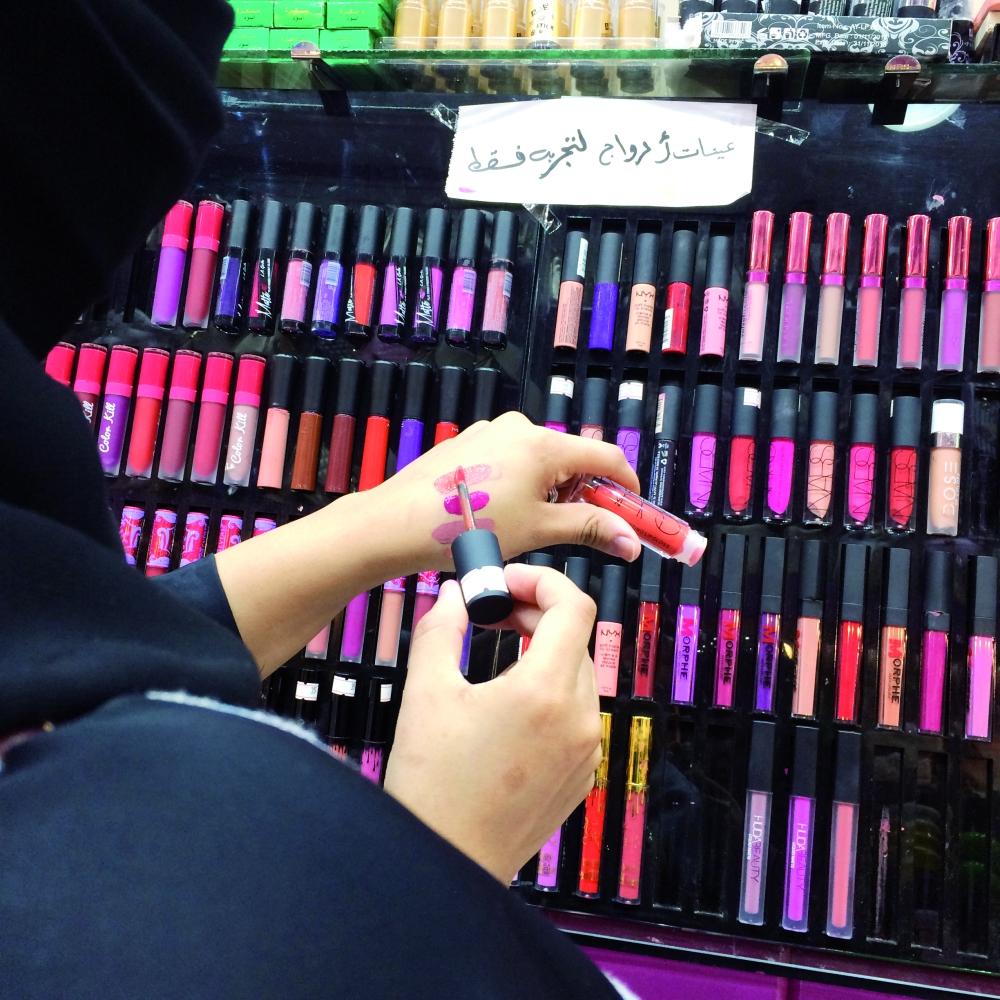 9a939d04c منتجات المكياج المقلدة تغرق السوق! - أخبار السعودية   صحيفة عكاظ