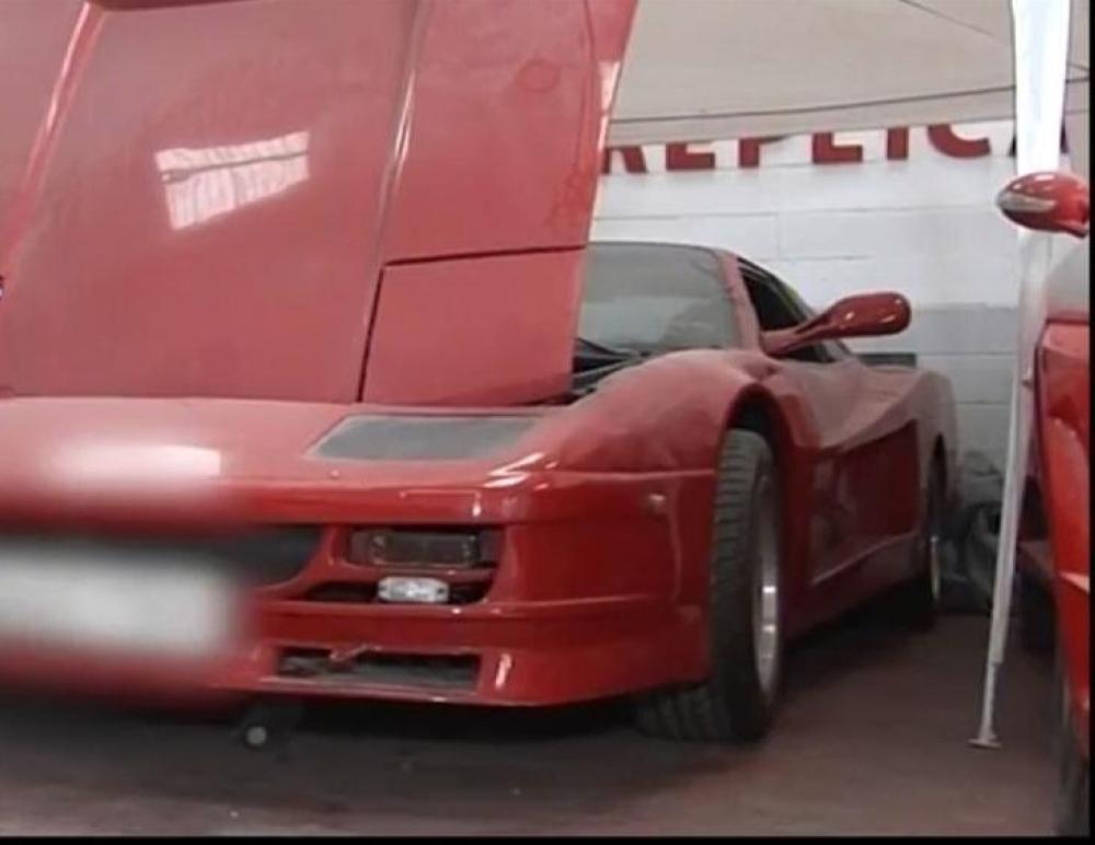 جانب من إحدى السيارات المزيفة التي ظهرت في الفيديو المصور. (الوكالات)
