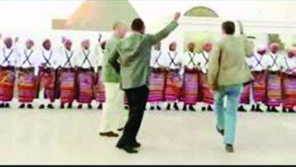 الممثل جيانكارلو خلال مشاركته فرقة جازان الشعبية.