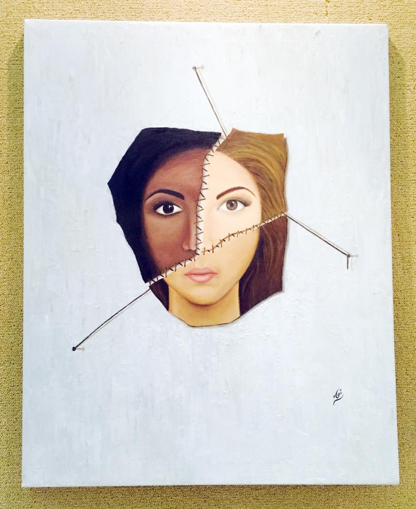 من الأعمال التشكيلية في المعرض.