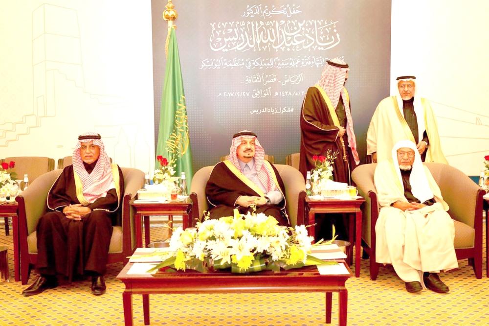 الأمير فيصل بن بندر مع الأديب عبدالله بن إدريس.