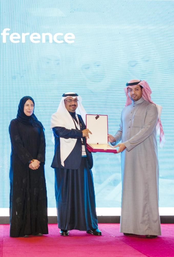 د. أحمد أبو شايقة أثناء استلام الجائزة. (عكاظ)