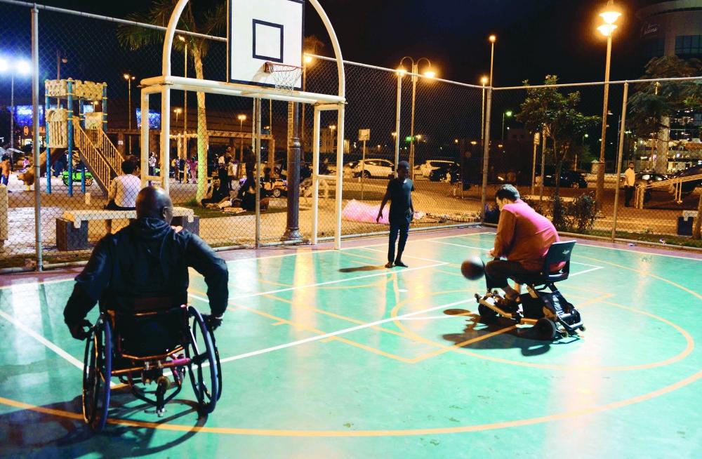 شباب من ذوي الاحتياجات الخاصة يلعبون كرة السلة في احدى الحدائق المخصصة لهم. (تصوير/ فيصل مجرشي).
