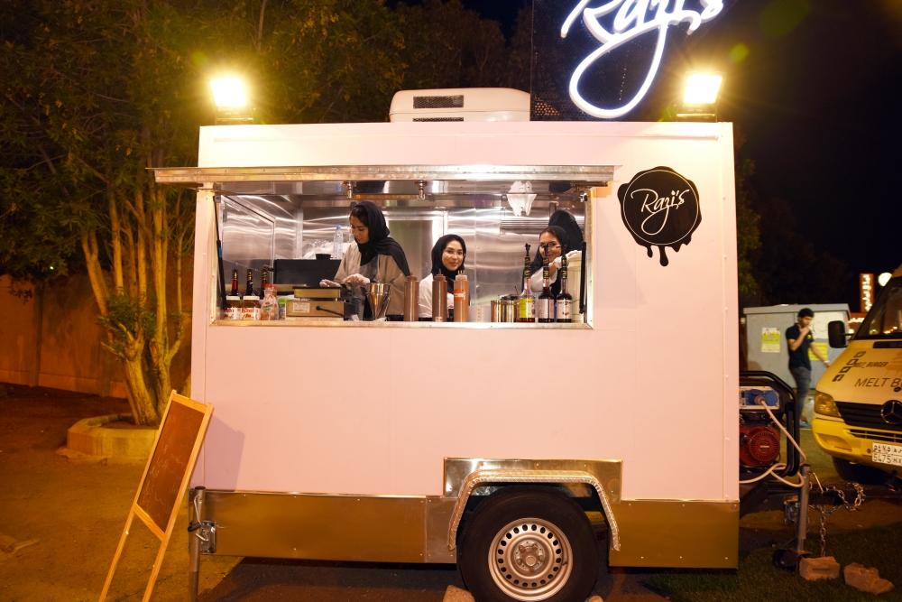 عربة متنقلة لعمل الحلويات بأيدي سعوديات.