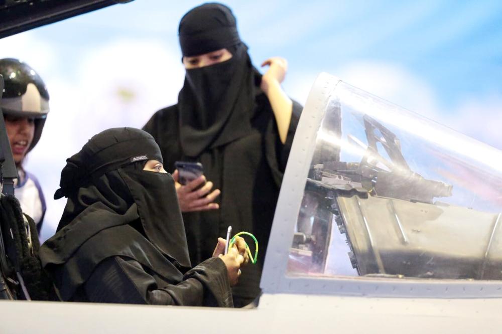 مواطنون في كابينات التايفون وعلى أجهزة الرادار أخبار السعودية صحيقة عكاظ