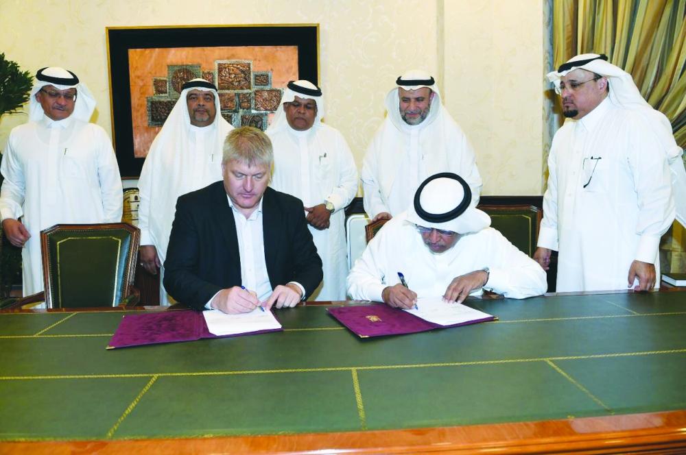 عساس وآيرين أثناء توقيع العقد. (عكاظ)