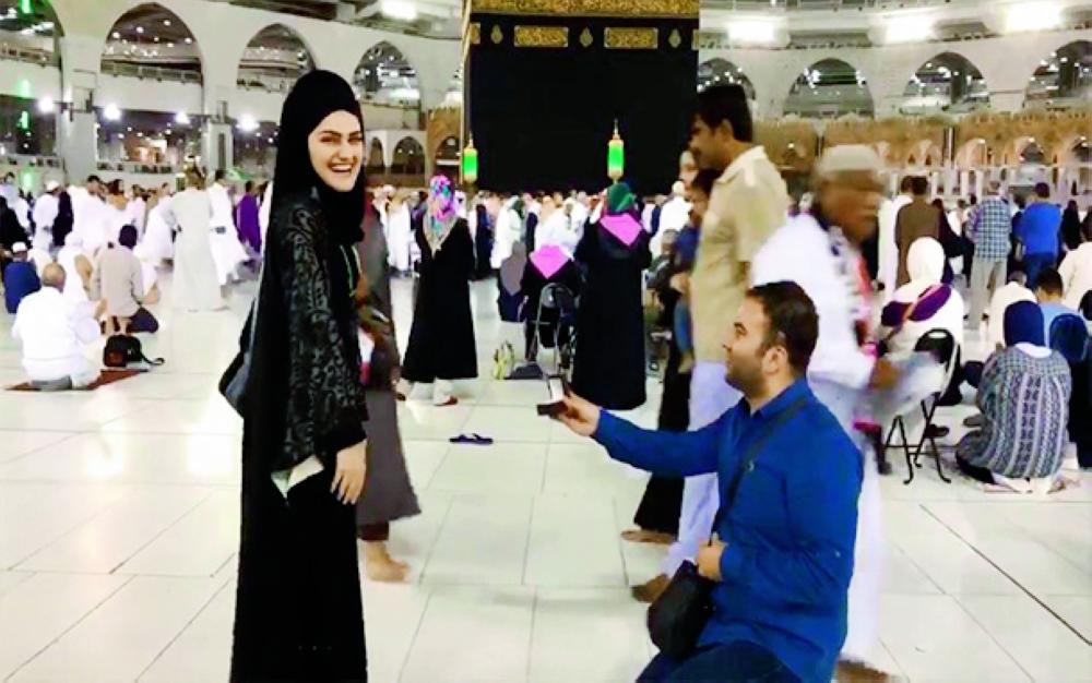 يوسف أكيون أثناء طلبه الزواج من الفتاة أمام الكعبة. (متداول)