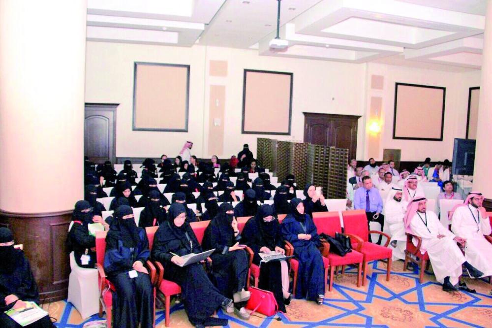حضور نسائي في المؤتمر. (تصوير: محمد القيسي)