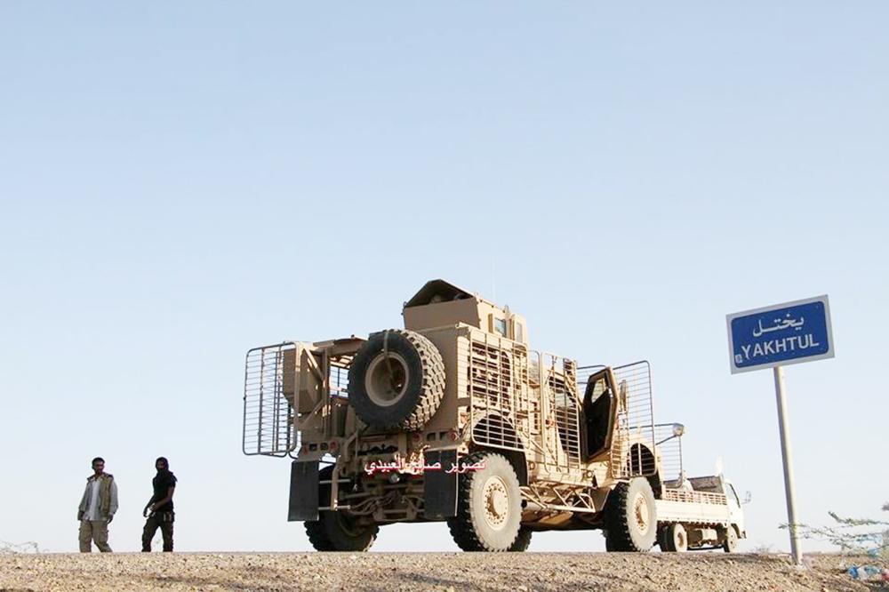 آلية عسكرية للتحالف في شمال المخا أمس.  (تصوير: صالح العبيدي)