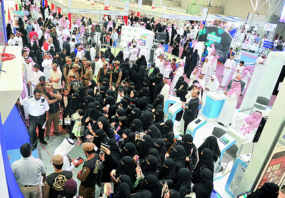 حضور نسائي لافت في معرض كتاب الرياض الدولي.  (تصوير : عبدالعزيز اليوسف)