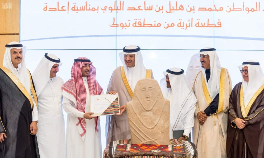 سلطان بن سلمان يتسلم قطعة أثرية نادرة من مواطن