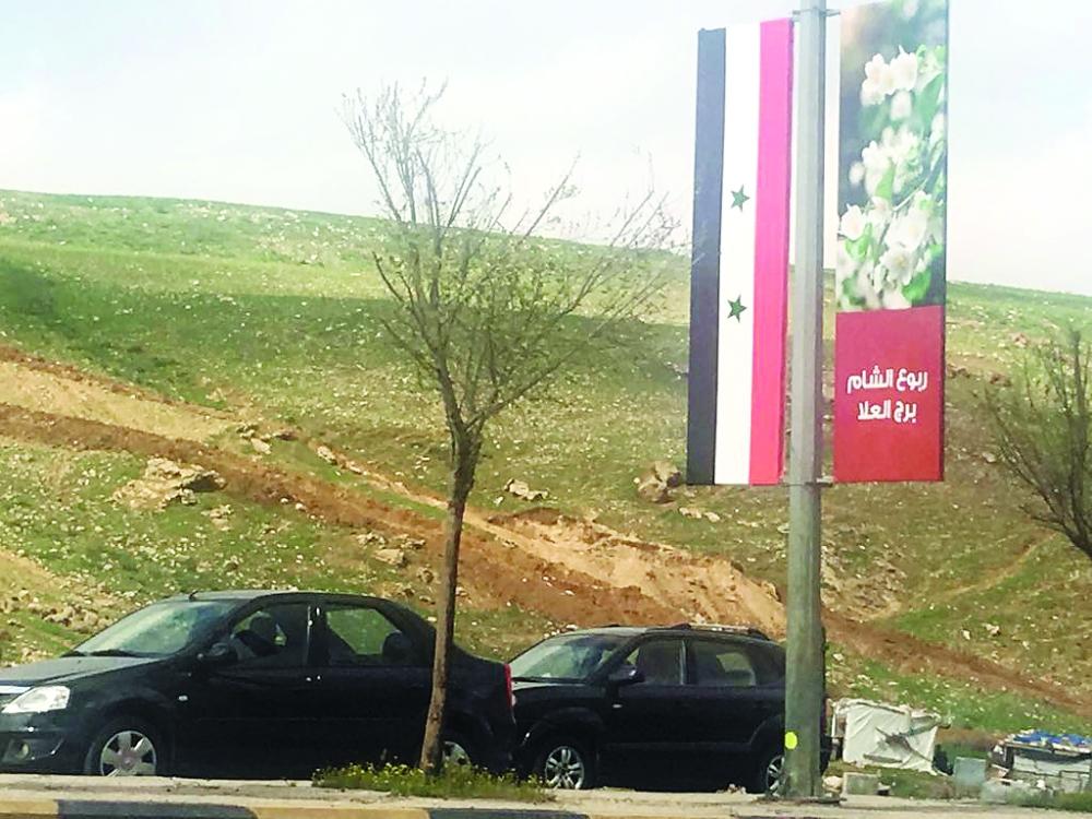 علم النظام السوري يرفرف في عمان بدءا من مطار الملكة علياء وحتى مقر انعقاد القمة في البحر الميت.  (عكاظ)