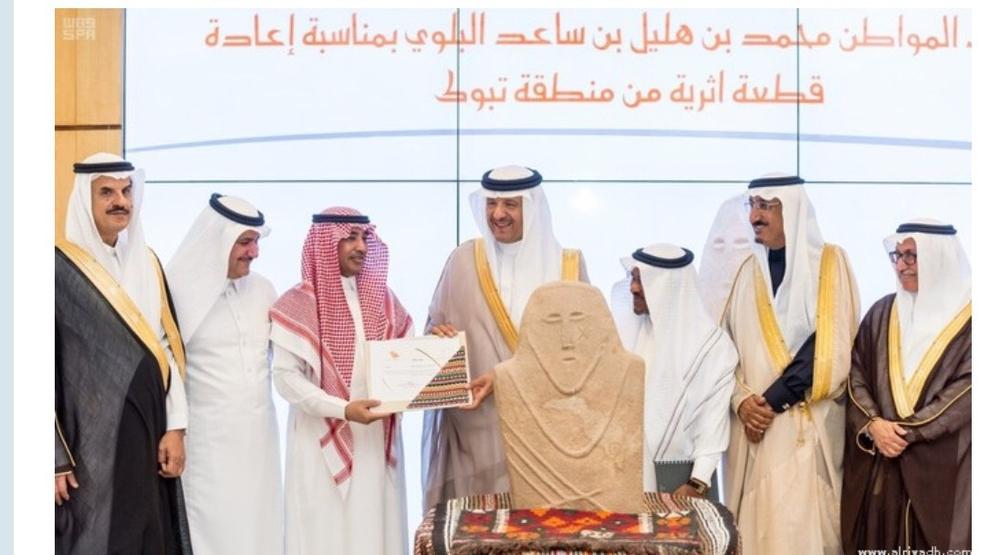 الأمير سلطان بن سلمان أثناء تكريمه المواطن البلوي. (عكاظ)