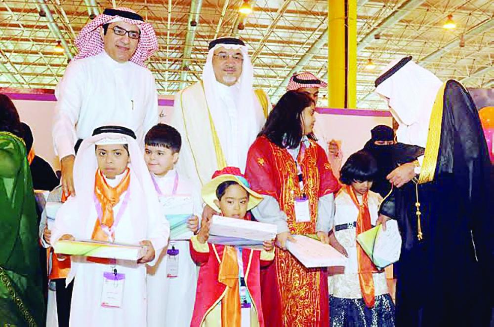 أطفال يتسلمون هدايا خلال الفعاليات. (عكاظ)